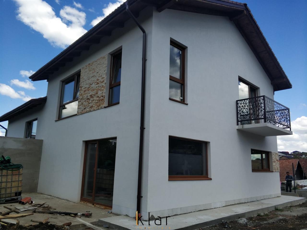Casa langa strada asfaltata